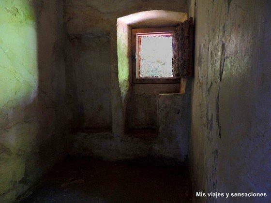 dormitorio o celda Convento dos Capuchos, Sintra, Portugal