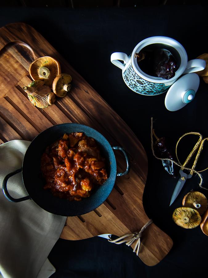 Manitas de cerdo en salsa con setas