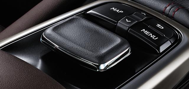 Với sự chuyển động linh hoạt của phím điều khiển đa hướng, bạn có thể dễ dàng truy cập vào dữ liệu xe và điểu chỉnh âm thanh, điều hòa và các hệ thống kết nối Bluetooth thông qua màn hình đa thông tin.