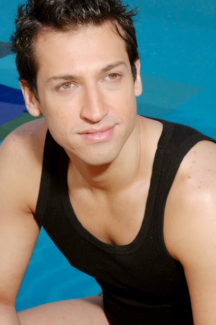 Foto de Pablo Ruiz cerca a piscina