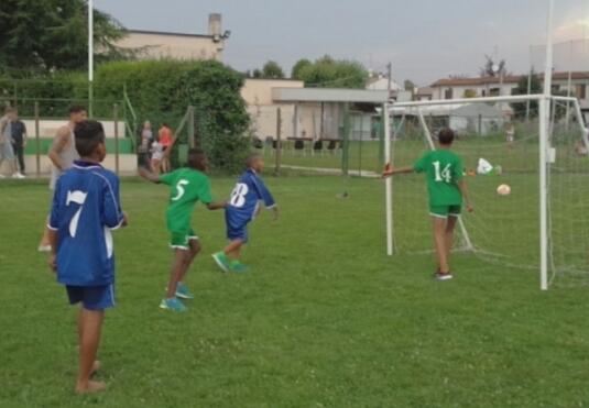 بلدية بونتي سانيكولو الإيطالية تجري تدريبات في كرة القدم لفوج من رسل السلام الصحراويين بملعب تدريبات خاص بناد كبير