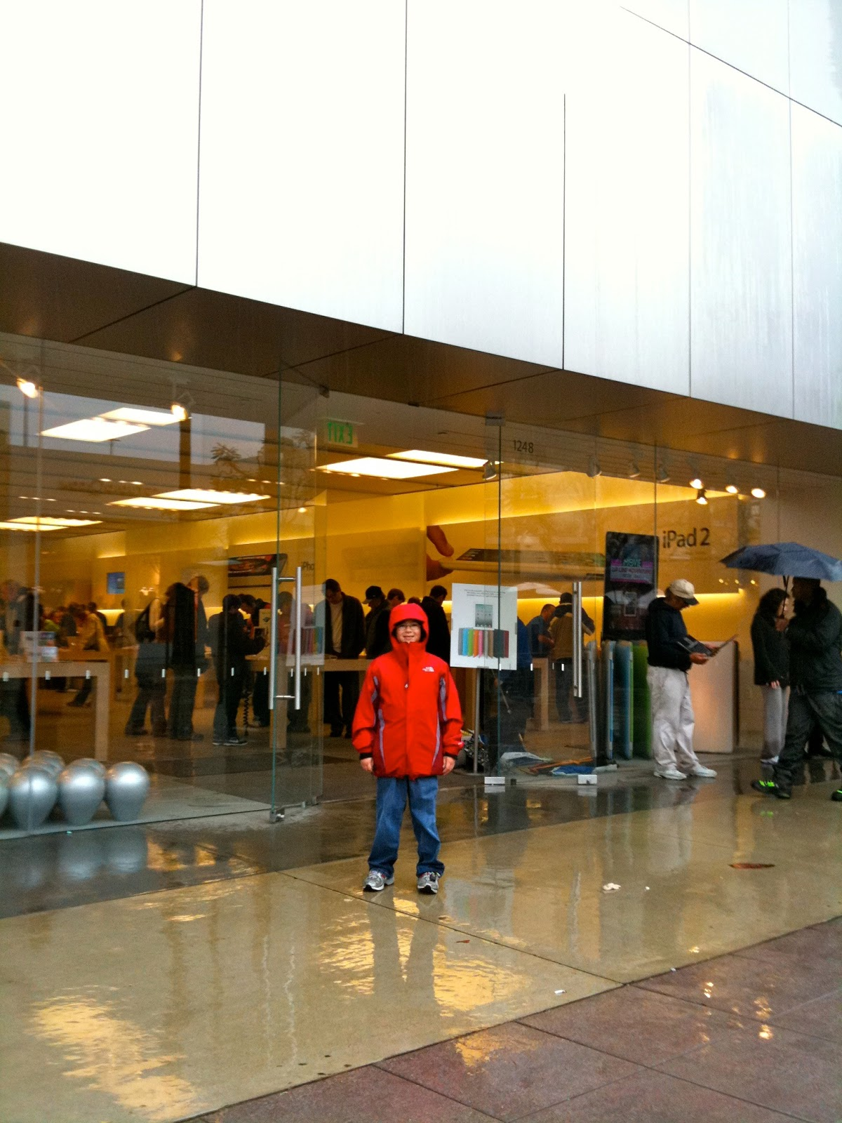 Tech Talk 4 Geeks: Pictures of Me At Apple Stores