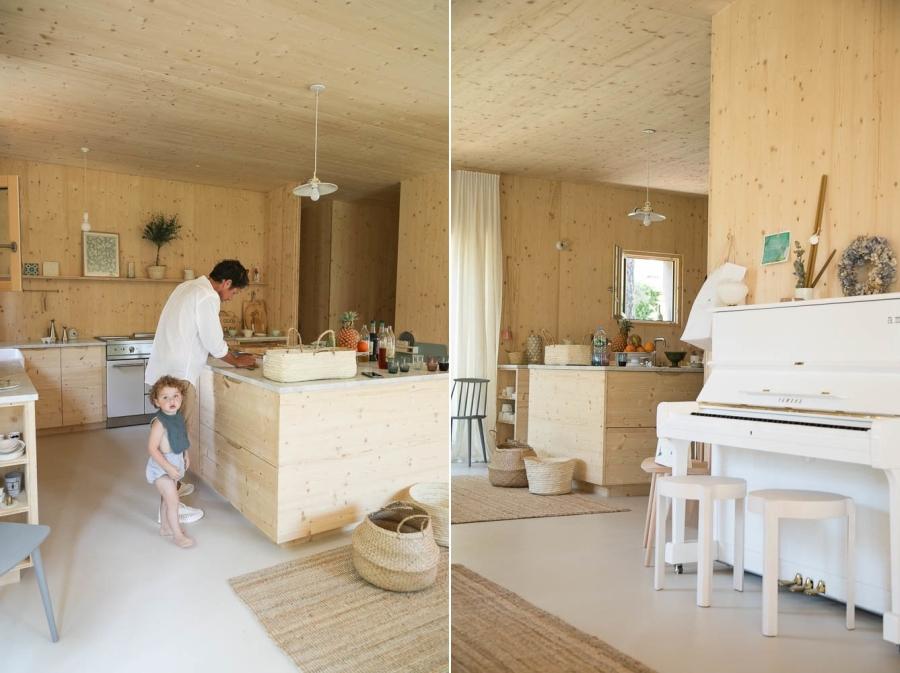 Minimalistyczny dom blisko natury, wystrój wnętrz, wnętrza, urządzanie mieszkania, dom, home decor, dekoracje, aranżacje, minimalizm, styl eko, styl skandynawski, drewno, prostota, biel, otwarta przestrzeń, kuchnia