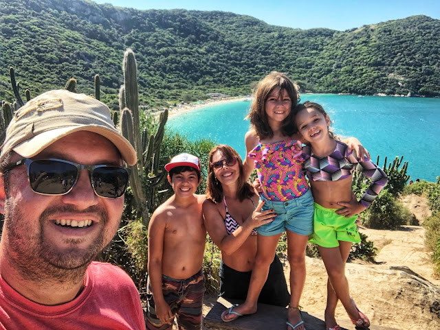 Conhecer a Praia do Forno pela trilha ou táxi boat? Ninguém resiste tirar fotos no mirante