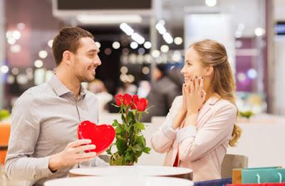 يحبني.. لا يحبني... امرأة تحب رجل يقدم ورد ورود لحبيبته رومانسيه غرام man gave woman flowers love romance couple