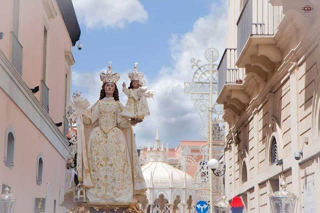 La Madonna della Scala in processione. Alle spalle la Cassarmonica e le luminarie