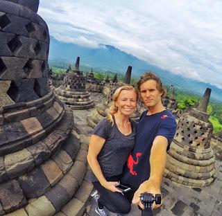 Aksi Pasha Petkuns di Candi Borobudur