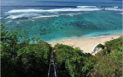Keindahan Pantai yang menarik dari Karma Kandara Villa