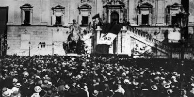 una folla di persona in Piazza del Campidoglio ascolta il discorso di D'Annunzio