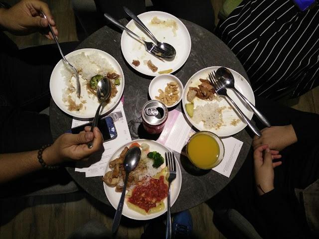 Makanan yang disediakan adalah berkonsepkan 24 jam