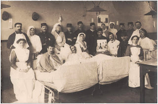 https://upload.wikimedia.org/wikipedia/commons/4/4e/Postcard_of_WWI_hospital_ward_in_December_1914._Probably_Le_Havre_region._%286238325023%29.jpg