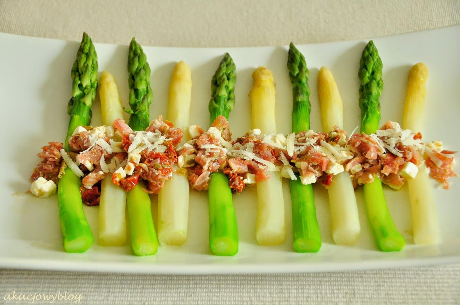 Szparagi z miodowym winegretem, wędzoną (lub suszoną) szynką, kaparami i parmezanem