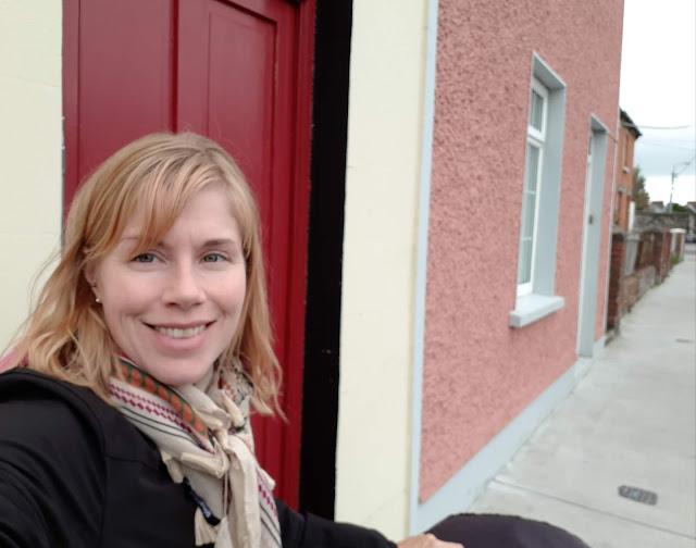 Punainen ovi, vaaleanpunainen talo, väsynyt äiti