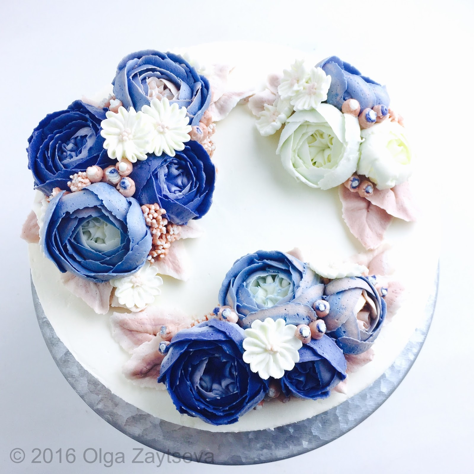 Buttercream blue roses wreath cake olga zaytseva learn how to make buttercream roses pipe blossoms and leaves and create this winter floral wreath cake in blue izmirmasajfo