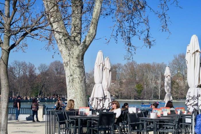 マドリードのレティーロ公園のカフェで寛ぐ人たち