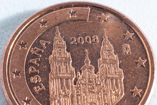 Macrofotografía de una moneda de 1 céntimo. Con todos los tubos de extensión se ve muy cerca.