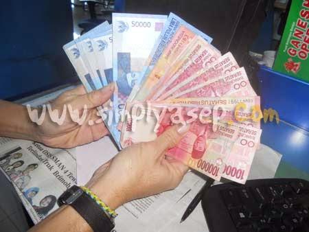 """WASPADA : Banyak orang yang """"mengincar"""" uang anda saat berselancar di dunia maya. Ingatlah kejahatan siber mengintai kita.  Foto Asep Haryono"""
