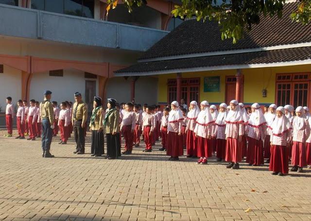 Berikan Teladan, Dewan Guru MI Muhammadiyah 01 Watukebo Bertugas Upacara 17-an