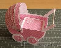 http://bastelhexes-kreativecke.blogspot.de/2012/05/babywagen-anleitung.html