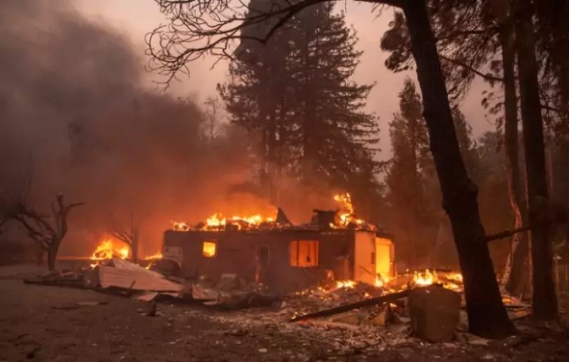Evacuan a unas 50 mil personas por incendios en California