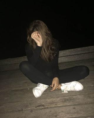 poses sentada tumblr en la noche casual