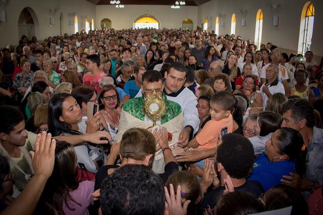 Milhares de fiéis participam de 'Missa de Cura e Libertação' com Padre Antônio Quirino, em Sairé