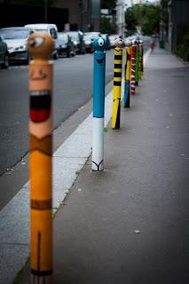 Arte callejero con postes