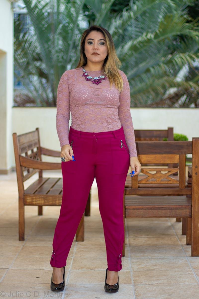 Look do dia: calça vinho e blusa de renda rosê