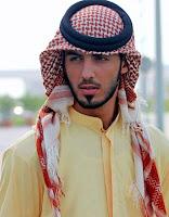Başında kefiye örtülü bir Arap genci