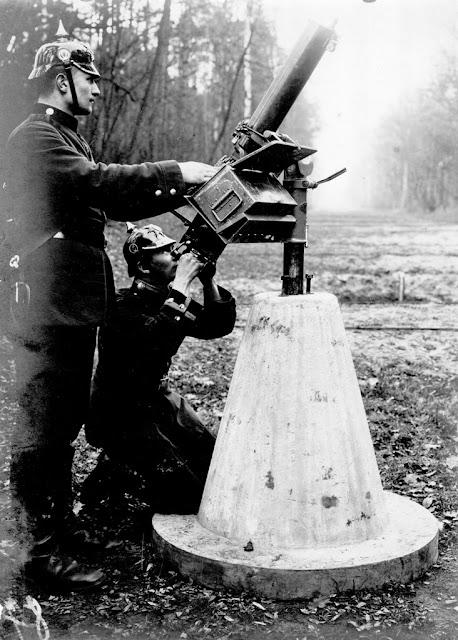 Maschinengewehr zur Flugabwehr auf Betonlaffette (1912)