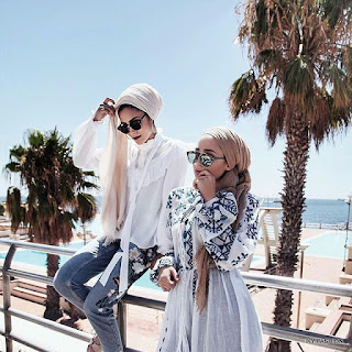 memadukan warna lipstik dengan warna Printed hijab style