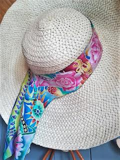 kapelusz słomkowy przewiązany wstążką jedwabną