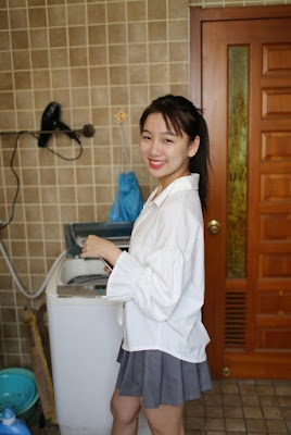 Calon Ibu Rumah Tangga Malah Keasikan Pamer Body di Ruang Tamu