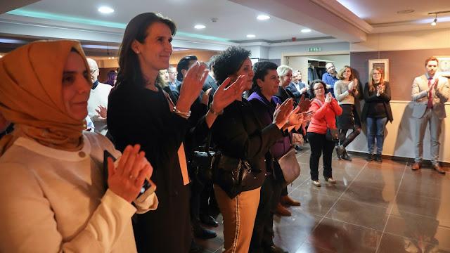 De genodigden klappen voor de inspirerende speech van Musa Soydemir tijdens de nieuwjaarsreceptie van Fedactio voor het jaar 2018.
