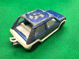 ルノー シュペールサンク のおんぼろミニカーを斜め後ろから撮影