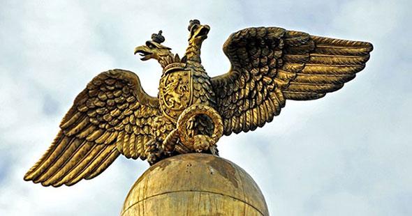 estatua de oro de águila de dos cabezas