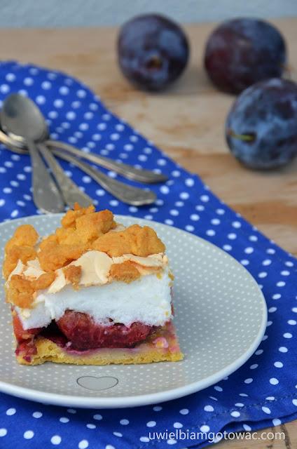 Kruche ciasto ze śliwkami i bezą