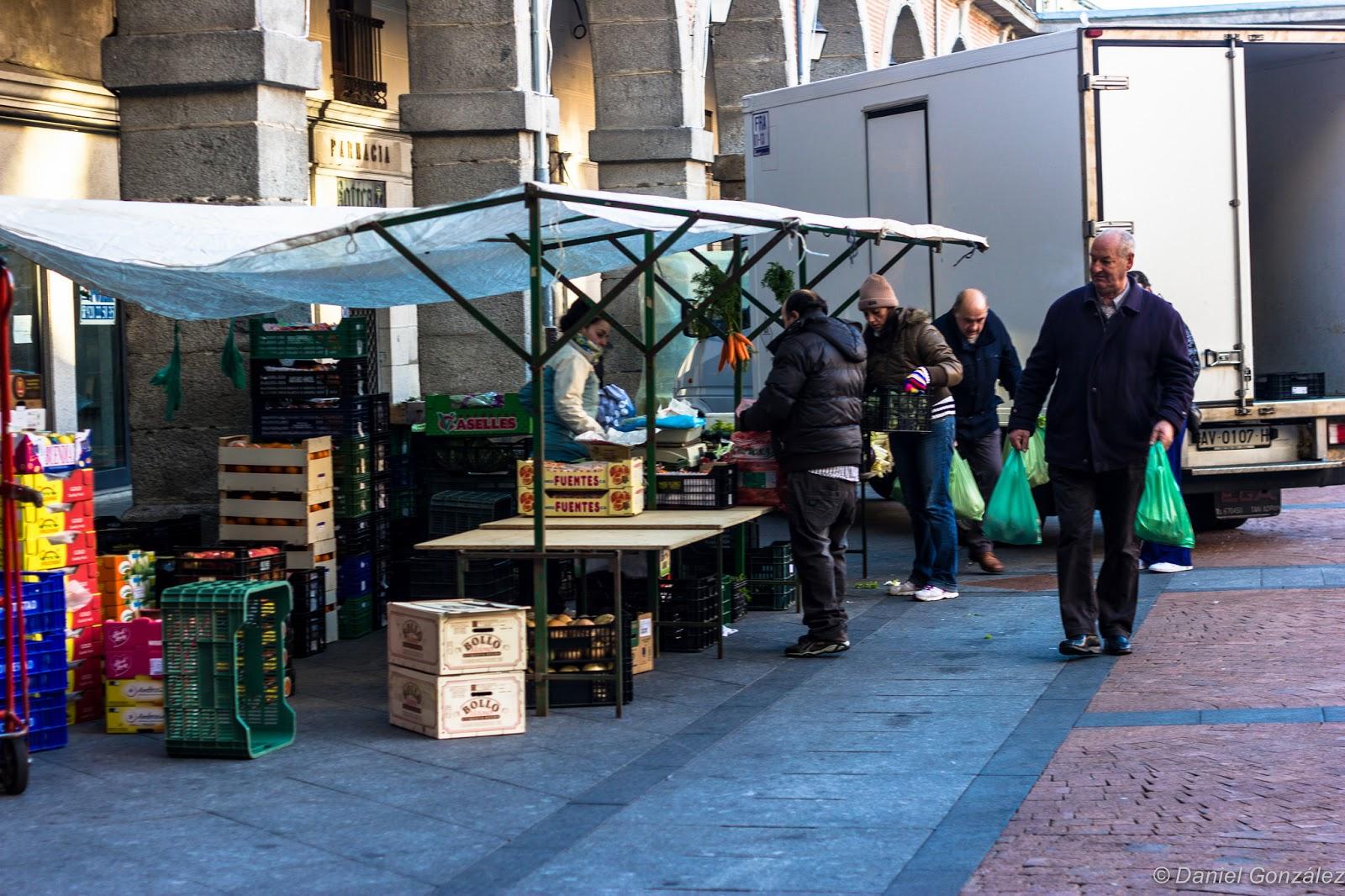 Hombre comprando, Mercado Chico, Avila 2014