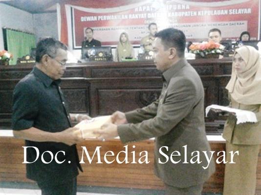 Bupati Serahkan Naskah RPJMD Dan 2 Ranperda, Dalam Rapat Paripurna ,DPRD, Kab.Kep.Selayar
