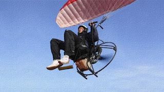 Adriano Pappalardo cade in volo con parapendio. È vivo per miracolo