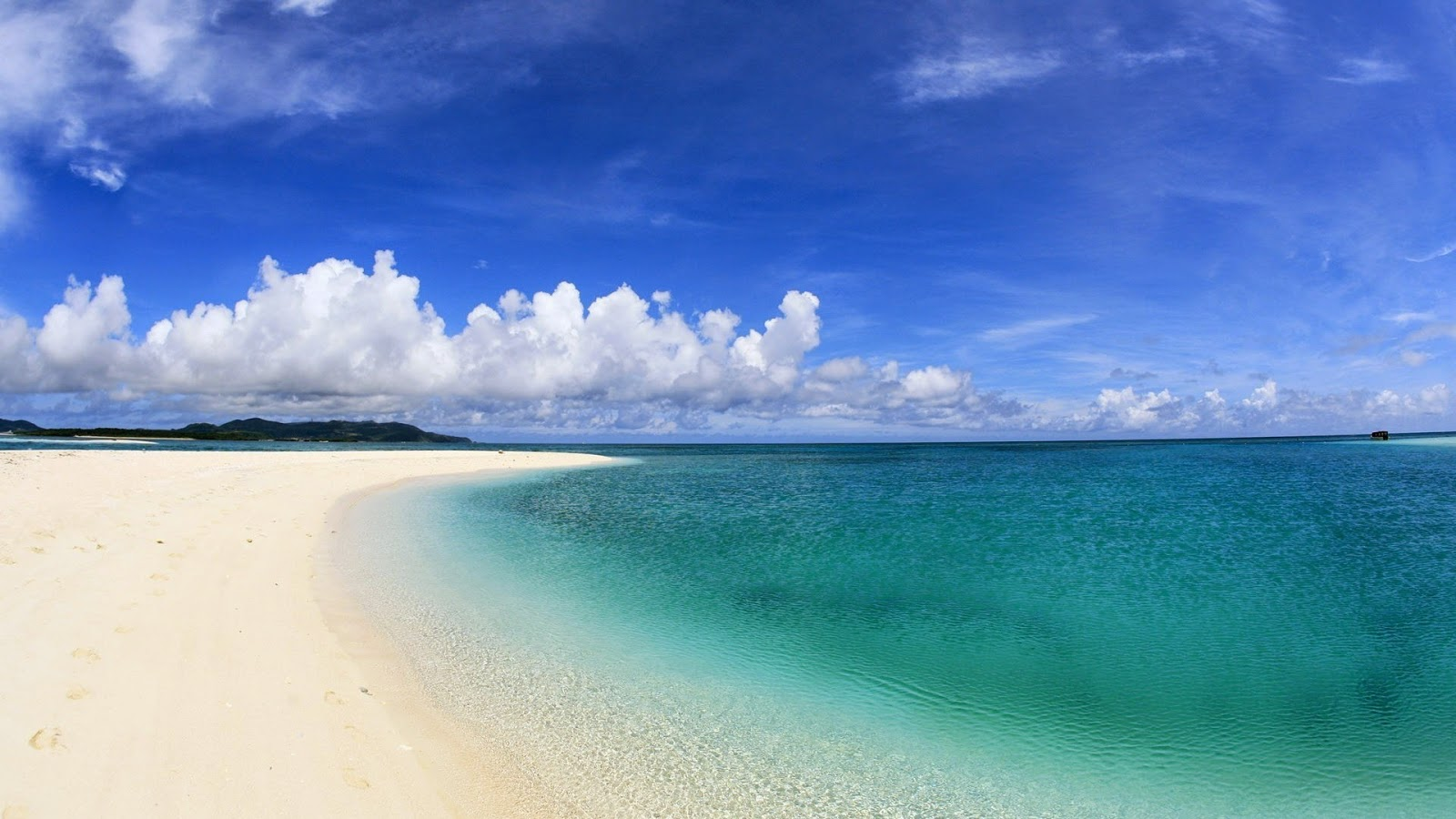 clear-greenish-blue-sea-water-white-sand-empty-beach-neat-picture-HD.jpg