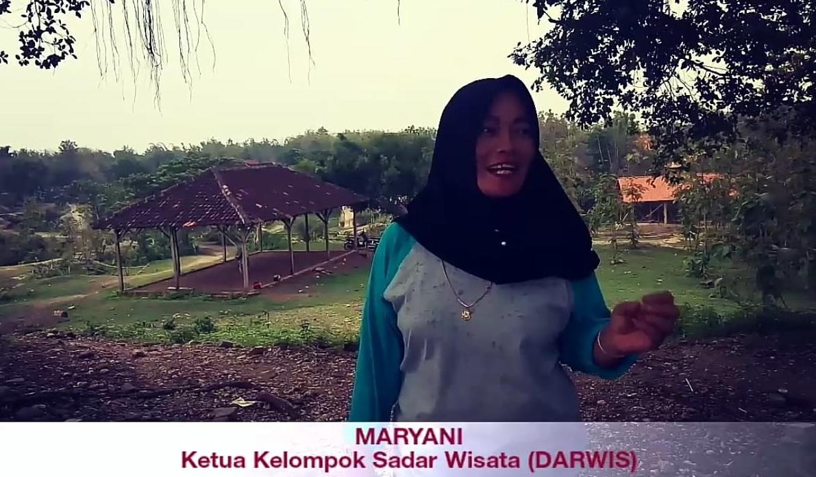 Foto Mbak Maryani menjelaskan tentang sejarah situs