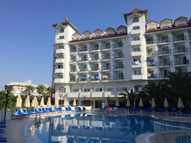 Side Serenis - Blick aufs Hotel vom Pool aus