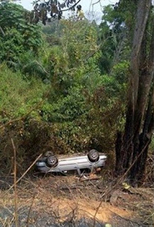 Nigerian Family Came Out Unhurt After Their Car Fell Into A Ditch While Trying To Dodge A Pothole Along Benin-Ore Road