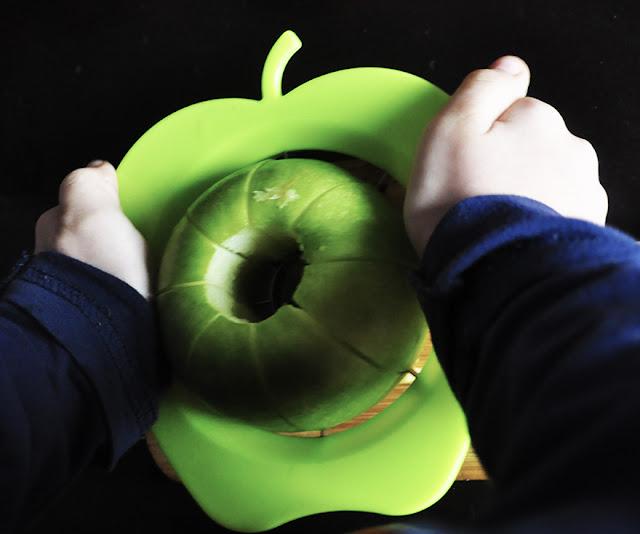 Pixelillo usando un cortador de manzanas con una manzana