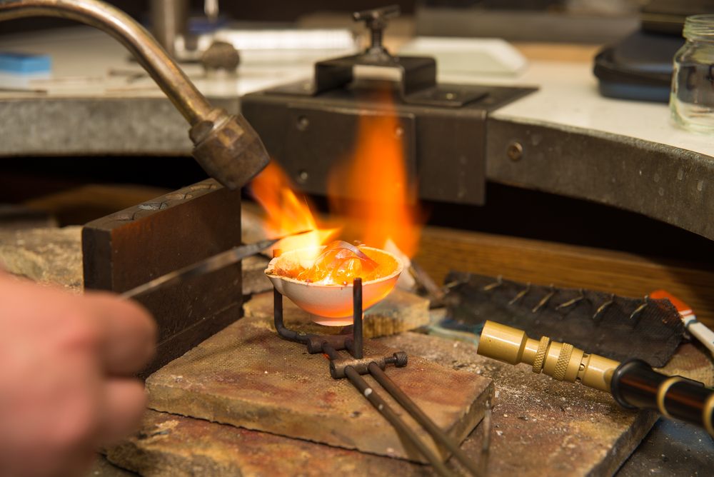 Cách tốt nhất để biết vàng thật - vàng giả là thử lửa