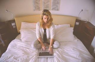 jangan mainkan laptop di atas kasur