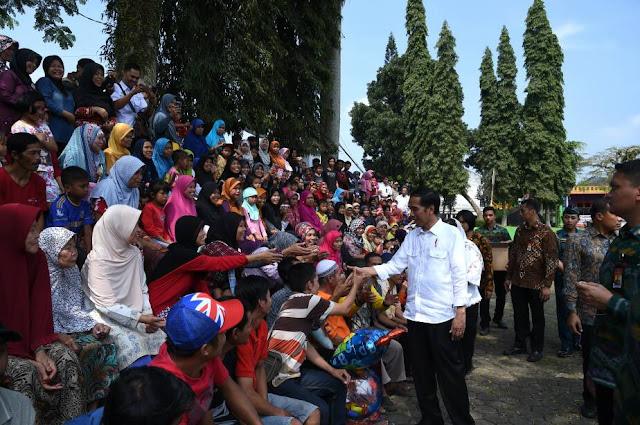 Presiden didampingi Ibu Negara Keliling Bogor-Sukabumi dan Bagikan Paket Sembako