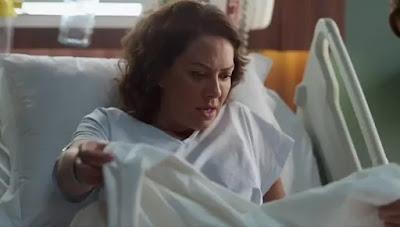 Nana (Fabiula nascimento) vê que teve um sangramento — Foto: Globo