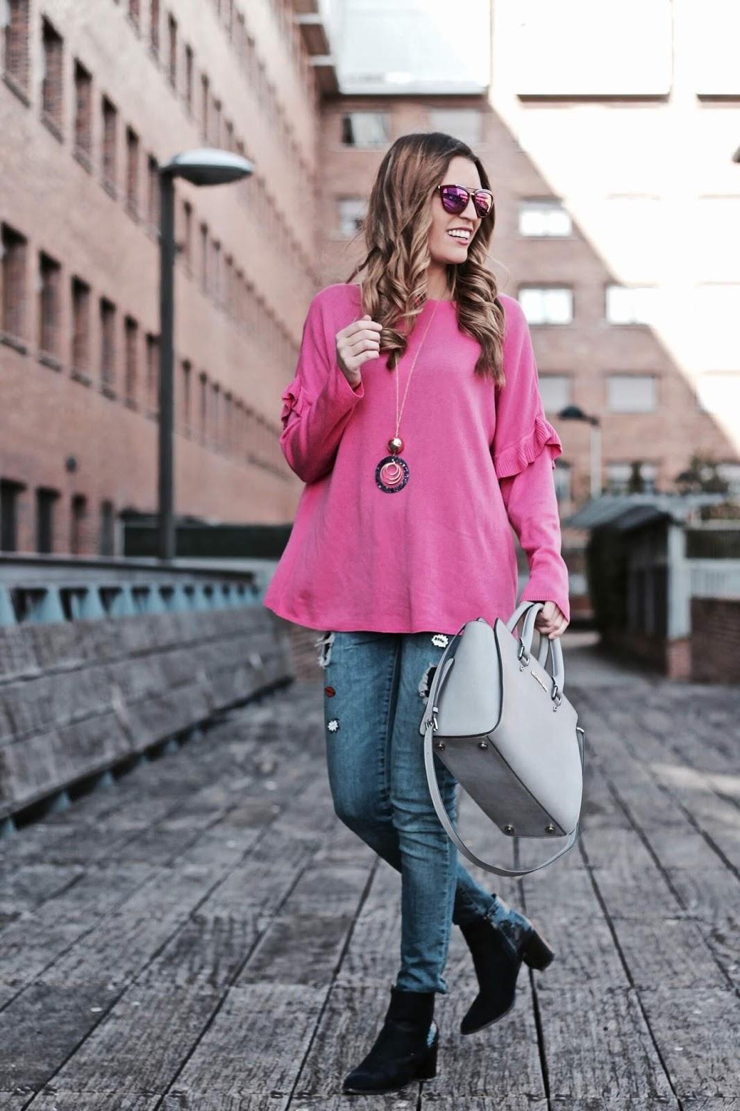 como combinar un jersey rosa